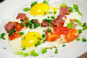 Сытный завтрак для всей семьи: жарим яичницу сколбасой
