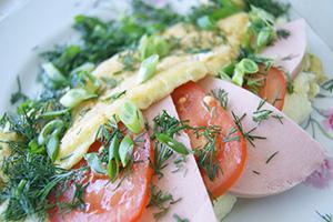 Сытный ибыстрый завтрак: готовим омлет спомидорами иколбасой