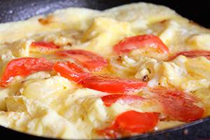 Красивый иполезный завтрак: 4рецепта омлета спомидорами, сыром иколбасой