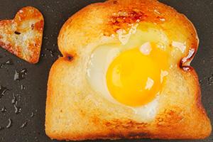 Рецепты яичницы ссыром: глазунья иболтушка сразличными добавками