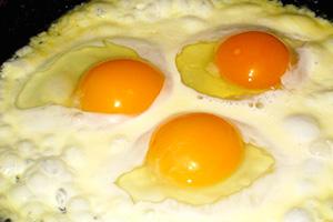 Вкусный ипитательный завтрак: омлет сосметаной или сливками